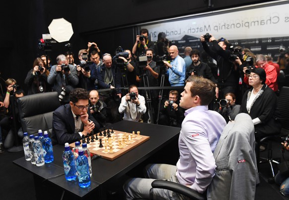 epa07195052 Norway's World Chess Champion Magnus Carlsen (R) plays against US challenger Fabiano Caruana (L) at the tie-break game during the World Chess Championship 2018 in London, Britain, 28 November 2018.  EPA/FACUNDO ARRIZABALAGA
