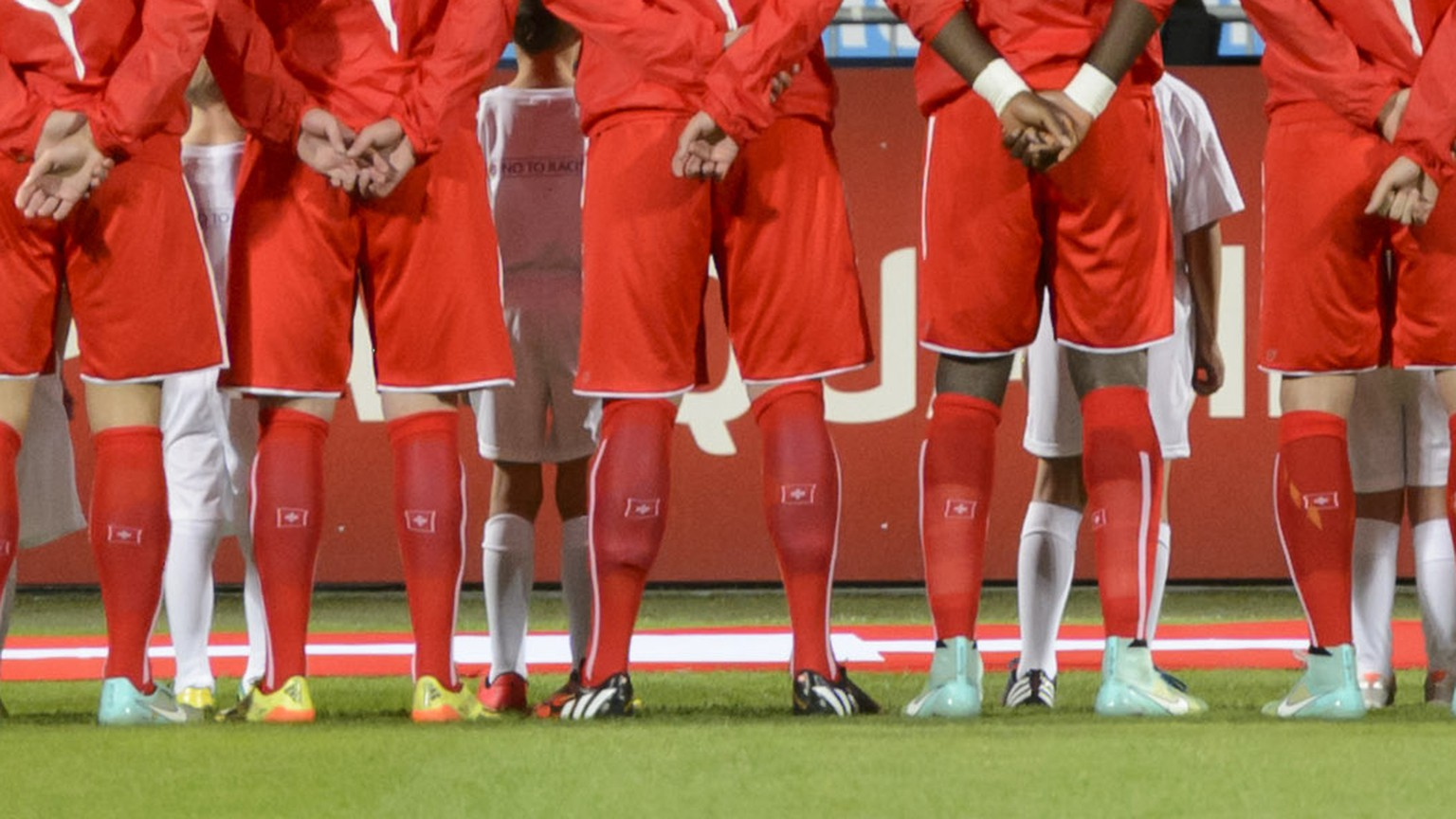 Swiss national team soccer players listen national hymne before the UEFA EURO 2016 qualifying soccer match Slovenia against Switzerland at the Ljudski vrt Stadium in Maribor, Slovenia, Thursday, October 9, 2014. (KEYSTONE/Laurent Gillieron)