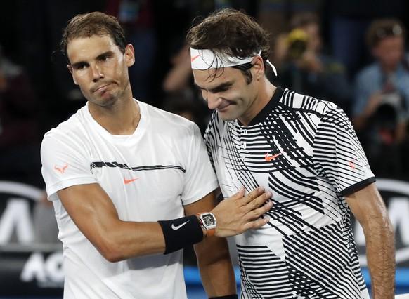 ZUM FINAL VON ROGER FEDERER GEGEN DEN KROATEN MARIN CILIC AN DEN AUSTRALIAN OPEN 2018 STELLEN WIR IHNEN FOLGENDES BILDMATERIAL MIT DEN FINALTEILNAHMEN VON FEDERER ZUR VERFUEGUNG - Switzerland's Roger Federer, right, is congratulated by Spain's Rafael Nadal, after Federer won the men's singles final at the Australian Open tennis championships in Melbourne, Australia, Sunday, Jan. 29, 2017. (KEYSTONE/AP Photo/Dita Alangkara)