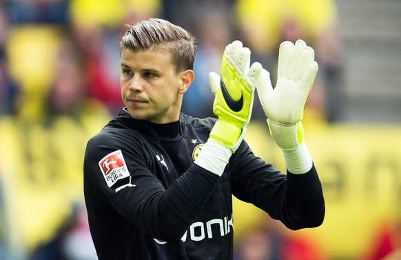 epa04740327 Dortmund's goalkeeper Mitchell Langerak reacts during the German Bundesliga soccer match between Borussia Dortmund and Hertha BSC Berlin in Dortmund, Germany, 09 May 2015.   (EMBARGOCONDITIONS - ATTENTION - Due to the accreditation guidelines, the DFLonly permits the publication and utilisation of up to 15 pictures per match on the internet and in online media during the match)  EPA/BERND THISSEN