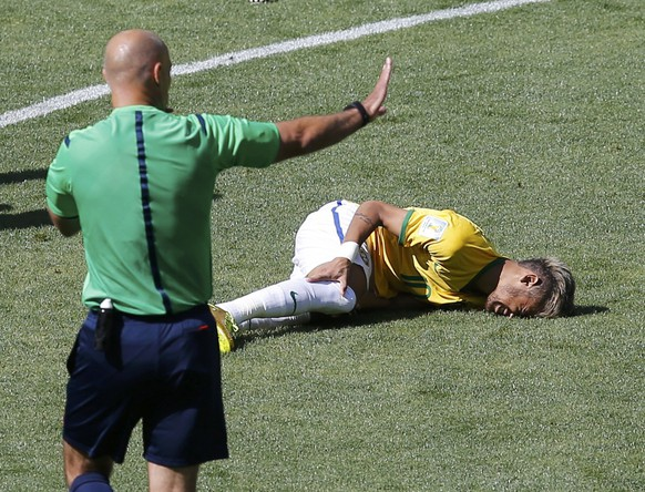 Brazil's Neymar lies injured on the ground as referee Howard Webb of England gestures during their 2014 World Cup round of 16 game against Chile at the Mineirao stadium in Belo Horizonte June 28, 2014. REUTERS/Leonhard Foeger (BRAZIL  - Tags: SOCCER SPORT WORLD CUP)