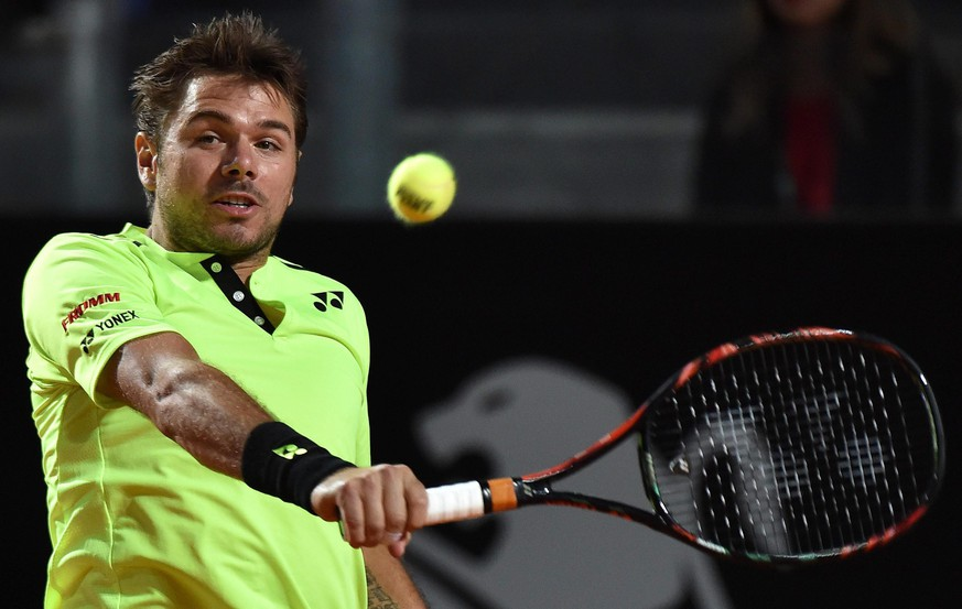 epa05298443 Stan Wawrinka of Switzerland returns the ball to Benoit Paire of France during their second round match for the Italian Open tennis tournament at the Foro Italico in Rome, Italy, 10 May 2016.  EPA/ETTORE FERRARI