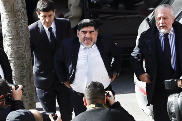 epa05794853 Argentinian soccer legend Diego Armando Maradona (C) arrives for the UEFA official lunch prior to the UEFA Champions League round of 16 soccer match between Real Madrid and SSC Napoli in Madrid, Spain, 15 February 2017. Spanish police authirities have confirmed that they were called to a hotel in Madrid because of an alleged row between Maradona and his girlfriend. No charges were brought against Maradona, who is in Madrid to attend the UEFA Champions League round of 16 match.  EPA/MARISCAL