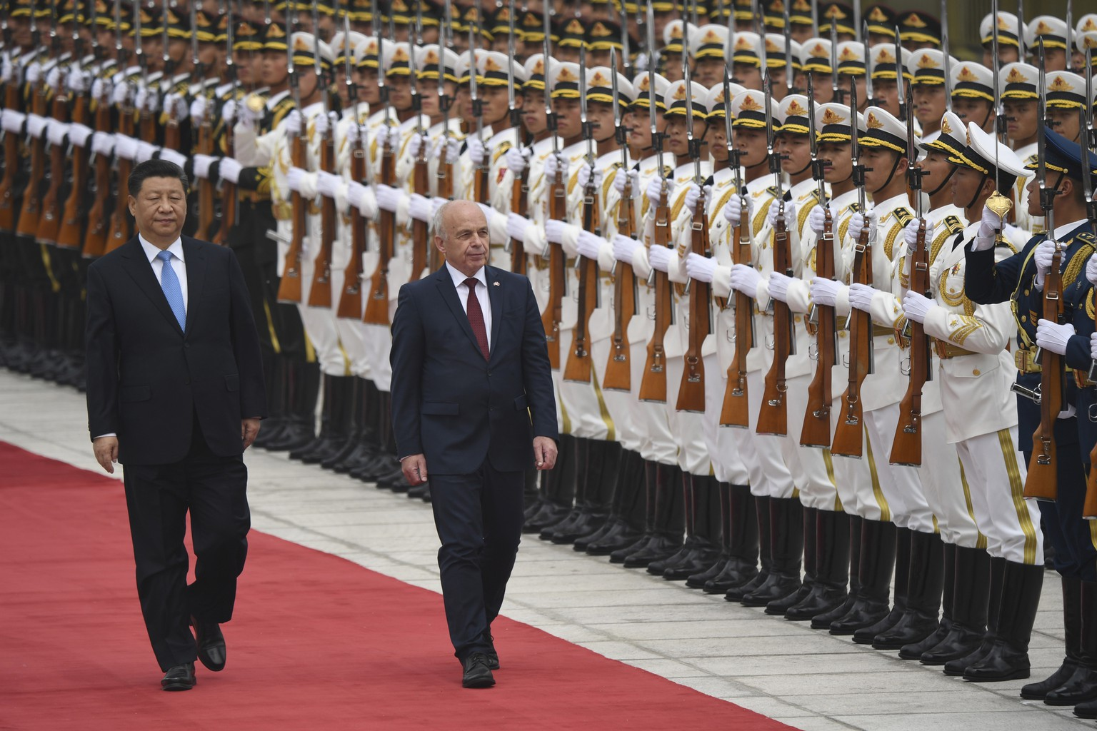 epa07535657 Switzerland's President Ueli Maurer (C) and China's President Xi Jinping (L) review honor guards during a welcome ceremony at the Great Hall of the People in Beijing, China, 29 April 2019.  EPA/MADOKA IKEGAMI / POOL