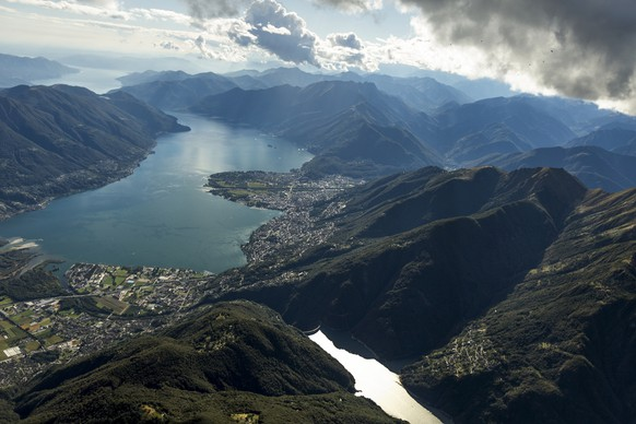 The view from the parascouts' aircraft of Lago Maggiore lake, pictured near the Swiss military airbase Locarno in the canton of Ticino, Switzerland, on October 4, 2013. Within the frame of their parachute jumping service, the parascouts of the Swiss Armed Forces jump out of a Pilatus Porter PC-6 aircraft, in which there is space for 5-6 parascouts with their baggage. After jumping, the parascouts must open their parachutes as soon as possible in order to get as close as possible to their destination unnoticedly from far away. This is why most jumps are performed at night. (KEYSTONE/Gaetan Bally)  Die Sicht aus dem Flugzeug der Fallschirmaufklaerer auf den Lago Maggiore, aufgenommen in der Naehe des Militaerflugplatzes Locarno im Tessin am 4. Oktober 2013. Die Fallschirmaufklaerer der Schweizer Armee springen beim Sprungdienst aus einem Pilatus Porter PC-6-Flugzeug. 5-6 Fallschirmaufklaerer finden in einer Pilatus Porter PC-6 mit ihrem Gepaeck Platz. Nach dem Sprung muessen sie den Fallschirm so schnell wie moeglich oeffnen, um von weit weg unbemerkt so nah wie moeglich an ein Ziel zu gelangen. Die meisten Spruenge werden deshalb in der Nacht durchgefuehrt. (KEYSTONE/Gaetan Bally)