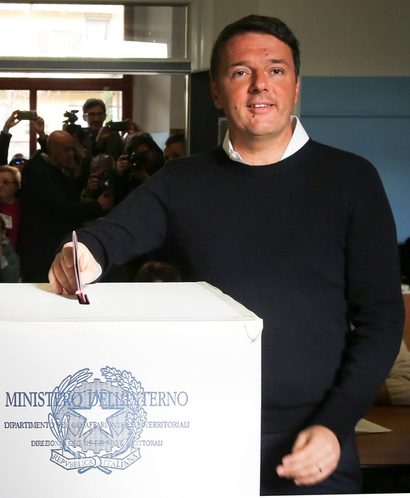 Italian Prime Minister Matteo Renzi casts his vote for the referendum on constitutional reform, in Pontassieve, near Florence, northern Italy December 4, 2016. REUTERS/Leonardo Bianchi      FOR EDITORIAL USE. NO RESALES. NO ARCHIVE.