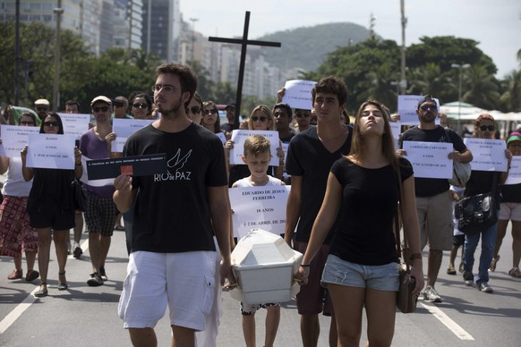 epa04693261 People stage a demonstration over the death of 10 year-old Eduardo de Jesus Ferreira,  in Rio de Janeiro, Brazil, 05 April 2015. People protested for the death of Ferreira during a police operation on 02 and 03 April in which three other people died.  EPA/MARCELO SAYAO