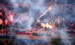 epa04492705 Croatia's supporters light flares during the UEFA EURO 2016 qualifying soccer match between Italy and Croatia at the Giuseppe Meazza stadium in Milan, Italy, 16 November 2014.  EPA/DANIEL DAL ZENNARO