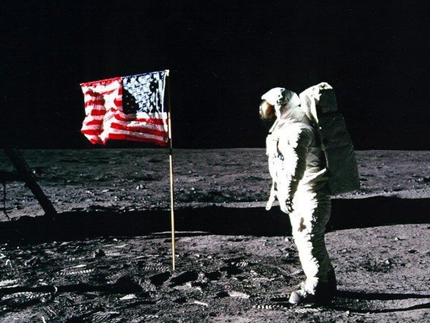 epa01797778 A NASA handout photo dated 20 July 1969 showing Apollo 11 astronaut Edwin 'Buzz' Aldrin standing by the US flag planted on the surface of the moon. On 20 July 2009 the world marks forty years since the first human set foot on the moon. In 1961, US President John F. Kennedy had a challenge for NASA -- to land a man on the moon before the end of the decade. The first Apollo missions were spent getting ready for the moon landing. Apollo 8 and Apollo 10 even flew all the way to the moon, around it, and back to Earth. Apollo 11 traveled to the moon and arrived in lunar orbit on 19 July 1969. EPA/NASA/HO EDITORIAL USE ONLY