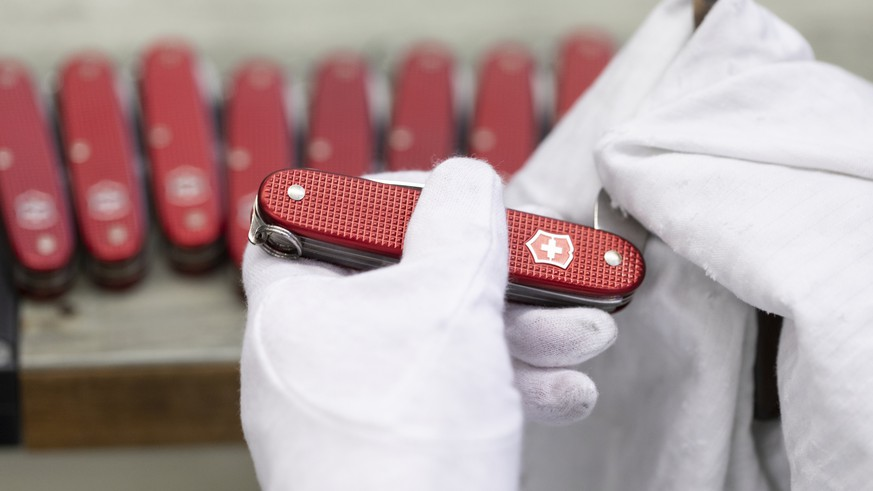 ZUR VICTORINOX STELLEN WIR IHNEN HEUTE FOLGENDES NEUES BILDMATERIAL VON DER PRODUKTION ZUR VERFUEGUNG --- An employee cleans pocket knives and checks their functionality, pictured at the Victorinox factory in Ibach, Canton of Schwyz, Switzerland, on July 10, 2018. (KEYSTONE/Gaetan Bally)
