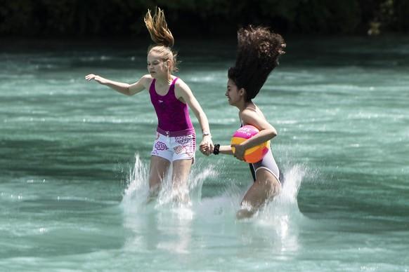 Zwei Frauen springen in die knapp 18¡ Grad kalte Aare, am Dienstag, 25. Juni 2019, in Bern. (KEYSTONE/Peter Schneider)