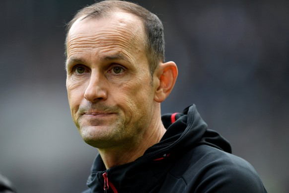 epa06280317 Leverkusen's head coach Heiko Herrlich during the German Bundesliga soccer match between Borussia Moenchengladbach and Bayer Leverkusen at Borussia-Park in Moenchengladbach, Germany, 21 October 2017.  EPA/SASCHA STEINBACH EMBARGO CONDITIONS - ATTENTION: Due to the accreditation guidelines, the DFL only permits the publication and utilisation of up to 15 pictures per match on the internet and in online media during the match.