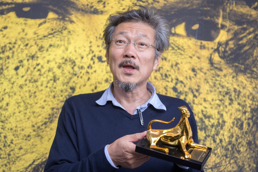 epa04884853 South Korean film director Hong Sang-soo poses during a photocall with the 'Pardo d'oro' (Golden Leopard) award he received for his movie 'Right now, Wrong Then' during a photocall at the 68th Locarno International Film Festival, in Locarno, Switzerland, 15 August 2015. The festival runs from 05 to 15 August.  EPA/URS FLUEELER