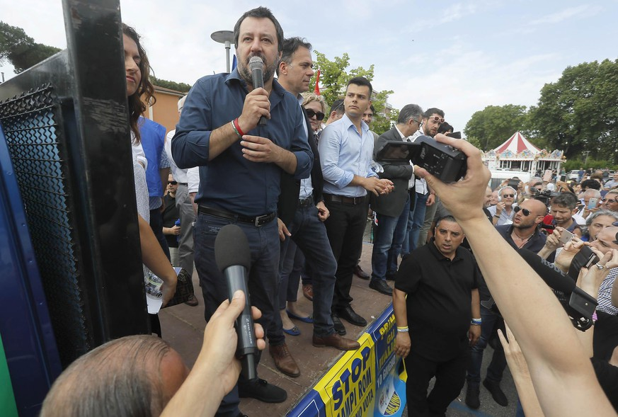 epa06772556 Legae party leader Matteo Salvini (L) speaks during his visit to a local market in Pisa, Tuscany region, Italy, 30 May 2018. Matteo Salvini said Wednesday that President Sergio Mattarella must set a date for new elections as soon as possible. 'This is my appeal: Sergio Mattarella give us a date for the vote and the Italian people will do justice for what has happened,' Salvini said in Pisa.  EPA/GIANNI NUCCI