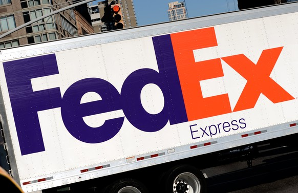 epa06396512 (FILE) - A general view of the FedEx company brand sign pictured on a truck in New York, New York, USA, 25 November 2013 (reissued 18 December 2017). US multinational courier delivery service FedEx is scheduled to announce its latest quaterly results (Q2 FY18 Earnings) on 19 December 2017.  EPA/PETER FOLEY *** Local Caption *** 51119351