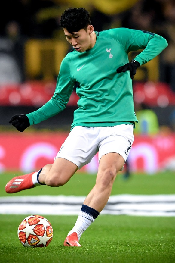 epa07367695 Tottenham's Heung-min Son warms up prior to the UEFA Champions League round of 16 soccer match between Tottenham Hotspur and Borussia Dortmund at Wembley Stadium, Britain, 13 February 2019.  EPA/NEIL HALL