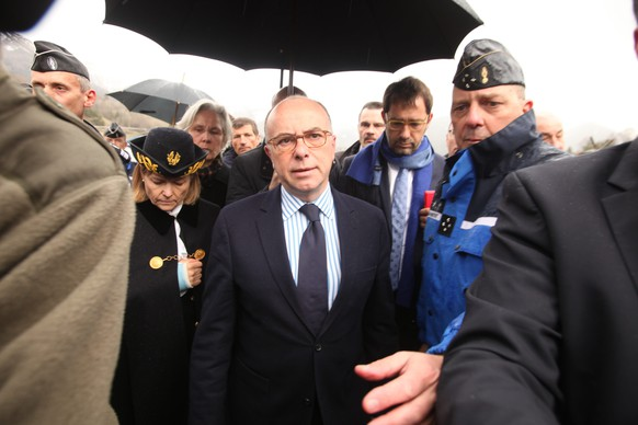 LA SEYNE LES ALPES, FRANCE- MARCH 24:  French Interior Minister Bernard Cazeneuve arrives near the site of the Germanwings plane crash near the French Alps on March 24, 2015 in La Seyne les Alpes, France.   A Germanwings Airbus A320 airliner with 150 people on board has crashed in the French Alps. (Photo by Patrick Aventurier/Getty Images)