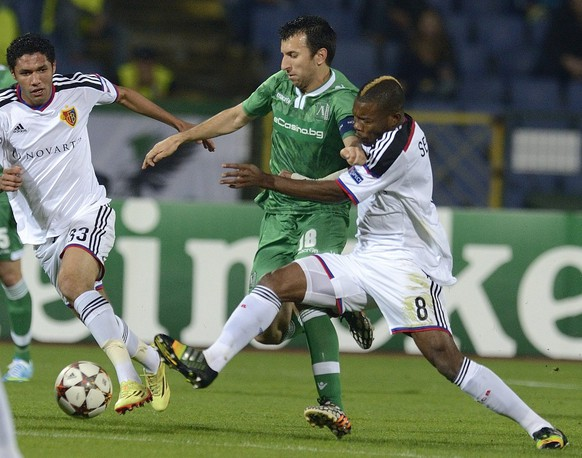 epa04458392 Svetoslav Dyakov(C) of PFC Ludogorets Razgrad vies for the ball with Geoffroy Serey Die (R) and Mohamed Elneny (L)  of FC Basel during their UEFA Champions League Group B soccer match  between Ludogorets Razgrad and FC Basel at Vassil Levski Stadium in Sofia, Bulgaria, 22 October 2014.  EPA/VASSIL DONEV