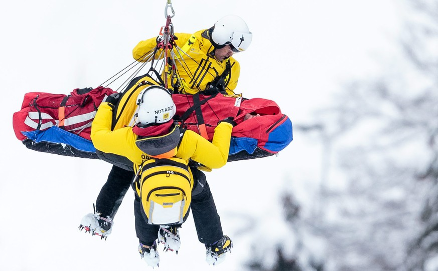 epa05120591 Georg Streitberger of Austria is transported by helicopter after his crash during the men's Alpine Skiing World Cup Downhill race in Kitzbuehel, Austria, 23 January 2016  EPA/EXPA/JFK