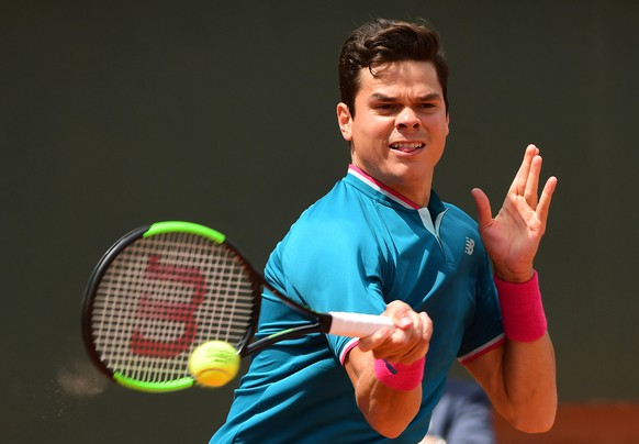 epa06009658 Milos Raonic of Canada in action against Pablo Carreno Busta of Spain during their men's singles 4th round match during the French Open tennis tournament at Roland Garros in Paris, France, 04 June 2017.  EPA/CAROLINE BLUMBERG