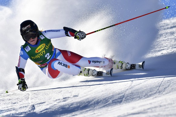 epa05597272 Lara Gut of Switzerland in action during the first run of the women's Giant Slalom race of the FIS Alpine Ski World Cup season on the Rettenbach glacier, in Soelden, Austria, 22 October 2016.  EPA/GIAN EHRENZELLER