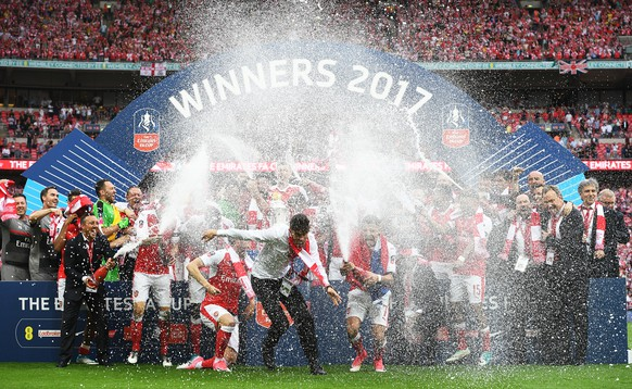epa05994049 Arsenal players celebrate after the English FA Cup final between Arsenal FC and Chelsea FC at Wembley in London, Britain, 27 May 2017. Arsenal won 2-1.  EPA/FACUNDO ARRIZABALAGA EDITORIAL USE ONLY. No use with unauthorized audio, video, data, fixture lists, club/league logos or 'live' services. Online in-match use limited to 75 images, no video emulation. No use in betting, games or single club/league/player publications.