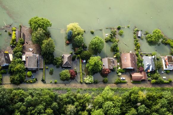Une vue aerienne montre l'eau du lac de Bienne (Bielersee) qui entoure des maisons lors de la montee de l'eau du lac de Bienne suite aux fortes precipitations des derniers jours le vendredi 16 juillet 2021 a Sutz. La crue du lac de Bienne a atteint vendredi un niveau historique de 430,89 metres. Le lac a depasse le record enregistre en 2007 et se situait en fin d'apres-midi a 54 centimetres au-dessus du niveau de crue. (KEYSTONE/Jean-Christophe Bott)