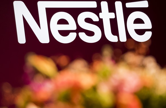 ARCHIVBILD ZUM ERGEBNIS VON NESTLE --- A logo is pictured during the general meeting of the world's biggest food and beverage company, Nestle Group, in Lausanne, Switzerland, Thursday, April 11, 2019. (KEYSTONE/Jean-Christophe Bott)