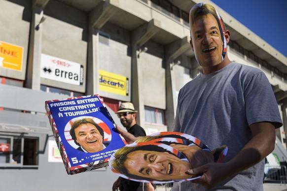 Une personne vend des masques en carton avec le portrait du president du FC Sion Christian Constantin, lors de la rencontre de football de Super League entre le FC Sion et le FC St. Gallen ce dimanche 15 octobre 2017 au stade de Tourbillon a Sion. (KEYSTONE/Jean-Christophe Bott)