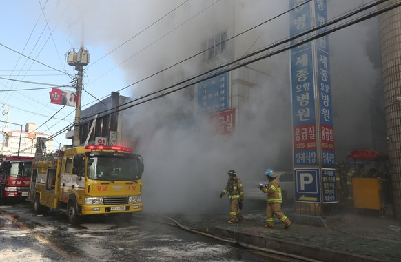 epa06474456 Firefighters try to put out a fire at a hospital in Miryang, southeastern South Korea, 26 January 2018. According to reports, at least eight people were killed and more than 20 others were injured in the blaze.  EPA/YONHAP SOUTH KOREA OUT
