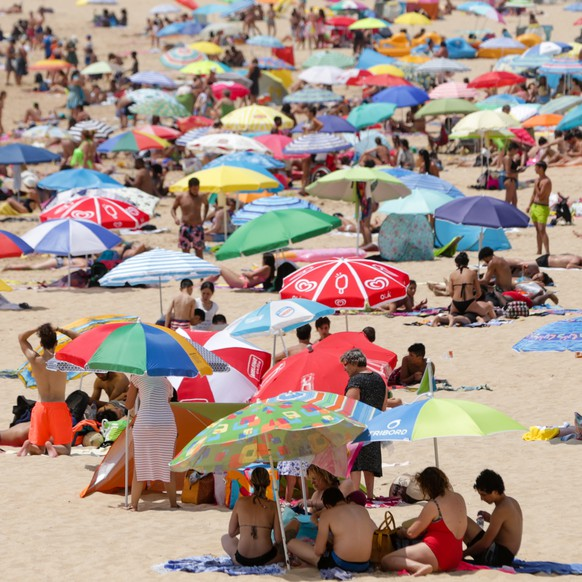 epa06925477 People sunbathe at the Santo Amaro beach in Oeiras, despite warnings from the Civil Protection to the population, in Oeiras, near Lisbon, Portugal, 03 August 2018.  EPA/Tiago Petinga