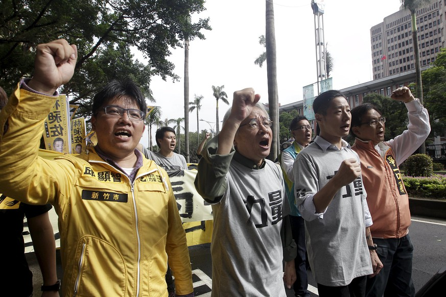 Activists shout slogans while protesting against the meeting between Taiwan's President Ma Ying-jeou and Chinese President Xi Jinping in front of the Legislative Yuan in Taipei, Taiwan, November 4, 2015. Chinese President Xi Jinping will hold talks with his Taiwanese counterpart Ma Ying-jeou in Singapore on Saturday in the first such meeting of leaders from the two rivals since the Chinese civil war ended in 1949. REUTERS/Pichi Chuang