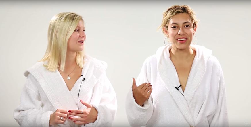 Video: Beste Freundinnen zeigen sich zum ersten Mal nackt