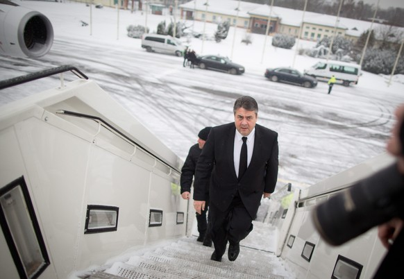 epa05089733 German Econonmics Minister Sigmar Gabriel boards a Governmental plane of the German Air Force on the military tarmac at Tegel Airport in Berlin, Germany, 06 January 2016. Gabriel will travel with an Economics delegation to Cuba.  EPA/KAY NIETFELD