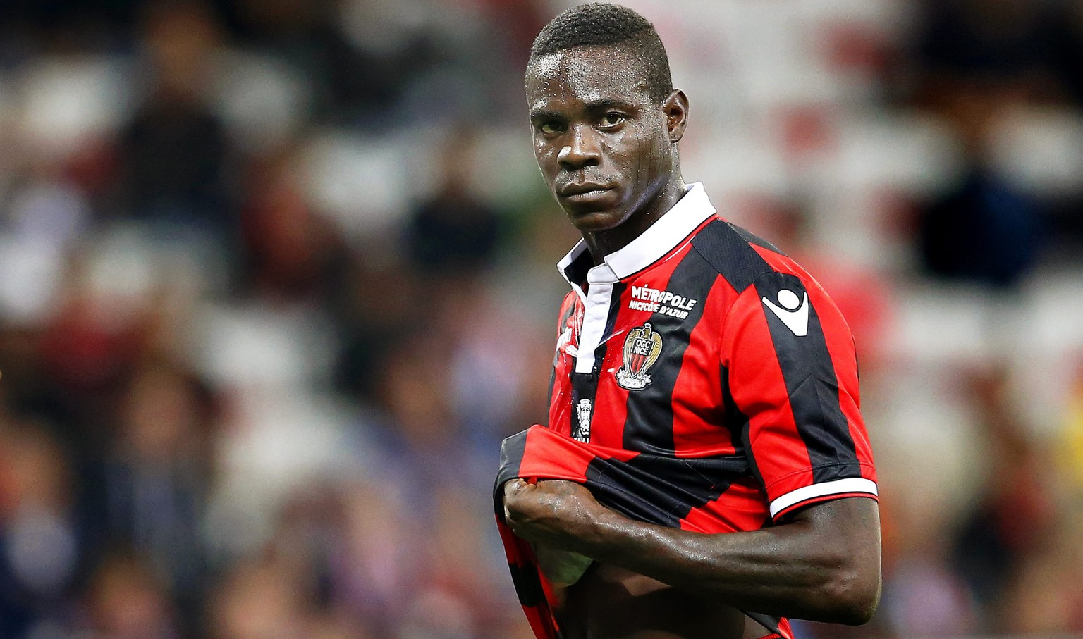epa05550917 Mario Balotelli of Nice reacts during the French Ligue 1 soccer match between OGC Nice and AS Monaco in Nice, France, 21 September 2016.  EPA/SEBASTIEN NOGIER