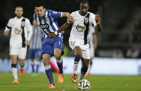 Guimaraes' Malonga (R) fights for the ball with Porto's Herrera Lopez during their Portuguese Premier League soccer match at the Alfonso Henriques stadium in Guimaraes March 2, 2014. REUTERS/Miguel Vidal (PORTUGAL - Tags: SPORT SOCCER)