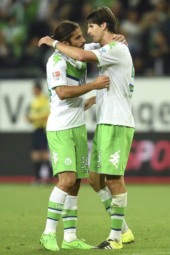 28.08.2015; Wolfsburg; Fussball 1. Bundesliga - VfL Wolfsburg - FC Schalke 04; 2:0 Jubel v.l. Torschuetze Ricardo Rodriguez, Timm Klose (Wolfsburg) (Tim Groothuis/Witters/freshfocus)