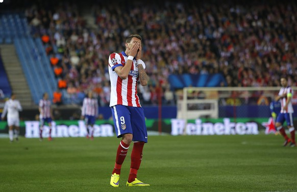 Atletico's Mario Mandzukic reacts during the Champions League quarterfinal first leg soccer match between Atletico Madrid and Real Madrid at the Vicente Calderon stadium in Madrid, Spain, Tuesday, April 14, 2015. (AP Photo/Andres Kudacki)