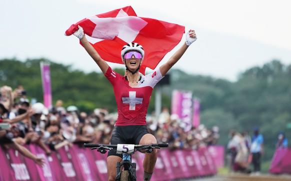 epa09369150 Jolanda Neff of Switzerland wins the Women's Mountain Bike Cross Country race..of the Tokyo 2020 Olympic Games at the Izu Mountain Bike Course in Ono, Shizuoka, Japan, 27 July 2021.  EPA/CHRISTOPHER JUE