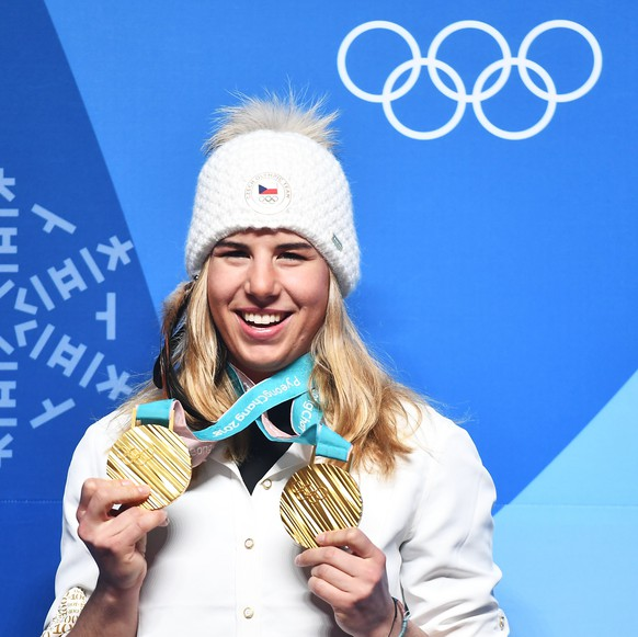 epa06562645 Ester Ledecka of the Czech Republic poses with her two gold medals during a press conference at the main press center at the Alpensia Resort on the last day of the PyeongChang 2018 Olympic Games, South Korea, 25 February 2018. Ledecka made history by winning gold in the women's Alpine Super-G race and the women's Snowboard Parallel Slalom becoming the first athlete to win two gold medals at the Winter Olympics in different sports.  EPA/CHRISTIAN BRUNA