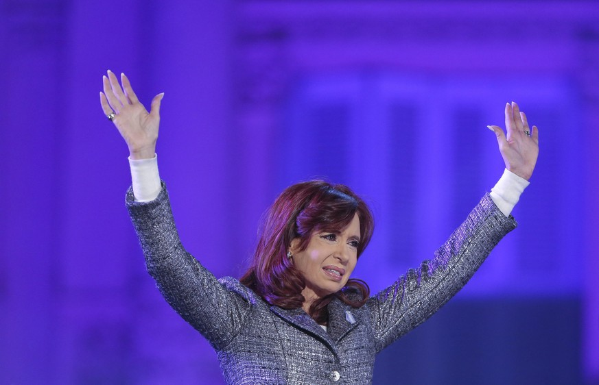 epa04767850 Argentine President Cristina Fernandez de Kirchner participates in a commemoration event of the May Revolution and twelve years of the Kirchner's in power, in Buenos Aires, Argentina, 25 May 2015.  EPA/David Fernandez
