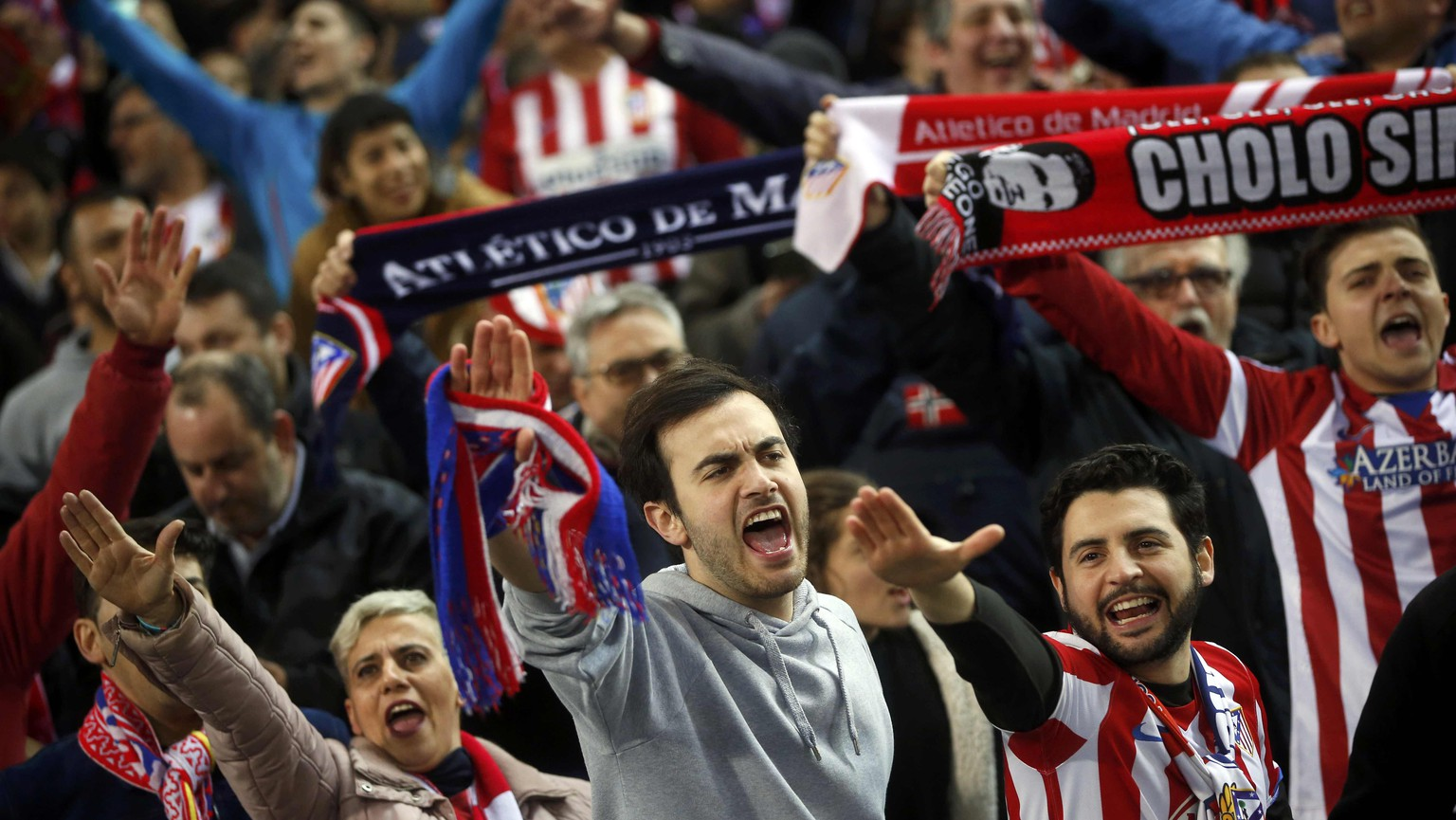 Football Soccer - Atletico Madrid v PSV Eindhoven  - UEFA Champions League Round of 16 Second Leg - Vicente Calderon stadium, Madrid, Spain - 15/3/16 Atletico Madrid fans shout before the match.  REUTERS/Susana Vera