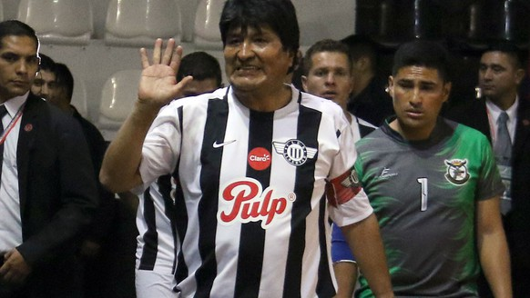 epa06950209 Bolivian President Evo Morales (C) participates in a soccer match with the Bolivian community in Paraguay, in Asuncion, Paraguay, 14 August 2018. Morales will attend the inauguration of the President-elect of Paraguay Mario Abdo Benitez. Morales wore the captain's shirt of Paraguayan first division team Club Libertad during the a soccer game.  EPA/ANDRES CRISTALDO