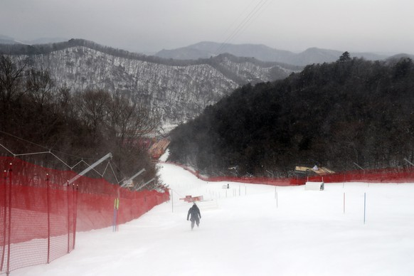 epa06522747 A view towards the course as the start of the Women's Slalom race is being postponed due to weather conditions at the Yongpyong Alpine Centre during the PyeongChang 2018 Olympic Games, South Korea, 14 February 2018.  EPA/GUILLAUME HORCAJUELO