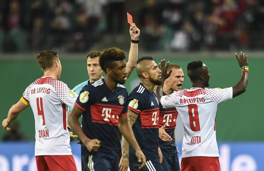 epa06289326 Referee Felix Zwayer shows the red card to Leipzig's Naby Keita (R) during the German DFB Cup soccer 2nd round match between RB Leipzig and FC Bayern Munich in Leipizg, Germany, 25 October 2017.  EPA/FILIP SINGER ATTENTION: The DFB prohibits the utilization and publication of sequential pictures on the internet and other online media during the match (including half-time).