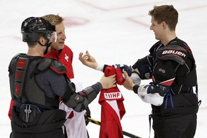 Glen Hanlon, center, head coach of Switzerland national ice hockey team, speaks to his players Roman Josi, left, and Felicien Du Bois, right, who remove their jerseys, during training session, one day before the IIHF 2015 World Championship at the O2 Arena, in Prague, Czech Republic, Thursday, April 30, 2015. (KEYSTONE/Salvatore Di Nolfi)