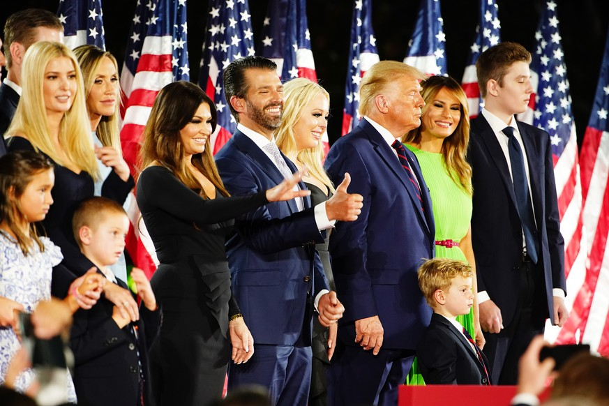 epa08630590 Members of the Trump family join US president Donald J. Trump (3R) US First Lady Melania Trump (2R) and Barron Trump (R) after Trump delivered his acceptance speech on the final night of the Republican National Convention on the South Lawn of the White House in Washington, DC, USA, 27 August 2020. Due to the coronavirus pandemic the Republican Party has moved to a televised format for its convention.  EPA/JIM LO SCALZO