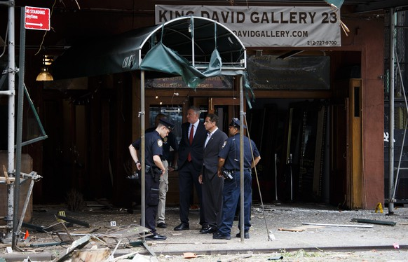 epa05546368 New York Mayor Bill de Blasio (3-R) and New York Governor Andrew Cuomo (2-R) tour the site of an explosion that occurred overnight in the Chelsea neighborhood of New York, New York, USA, 18 September 2016. Over 20 people were injured in blast. The motive is still being investigated, despite authorities assuming it is apparently not linked to international terrorism.  EPA/JUSTIN LANE