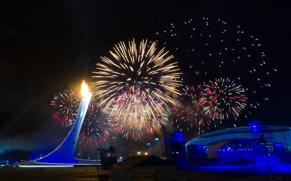 07.02.2014; Sochi; Olympische Winterspiele Sochi - Eroeffnungsfeier;Das olympische Feuer und Feuerwerk (Daniel Stiller/Bildbyran/freshfocus)