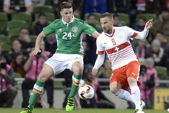 epa05231085 Swiss Haris Seferovic (R) fights for the ball with Ireland's Ciaran Clark (L) during the friendly soccer match between Republic of Ireland and Switzerland at the Aviva Stadium in Dublin, Ireland, 25 March 2016.  EPA/WALTER BIERI
